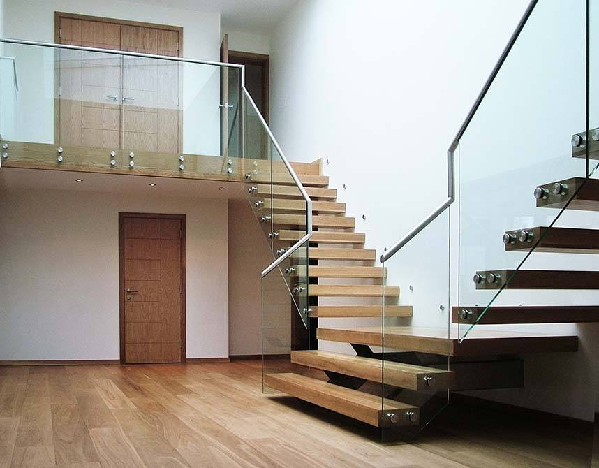 Pipins-cantilever-glass-timber-staircase