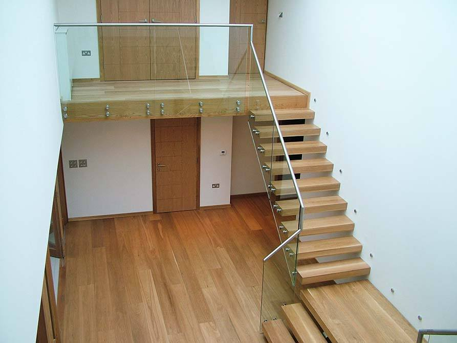 Pipins floating cantilever staircase