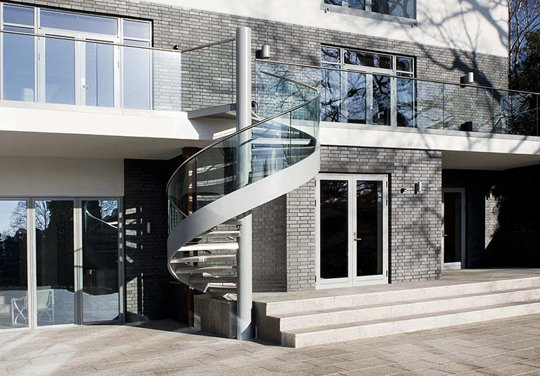 outside-glass-balustrade-glass-staircase